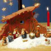 Weihnachtskrippe mit Krippenfiguren und Krippenstall