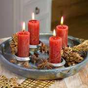 Deko Kerzenteller aus Keramik mit roten Kerzen