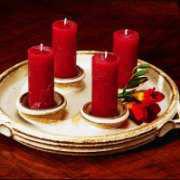 Deko Kerzenteller aus Keramik mit bordeauxroten Kerzen