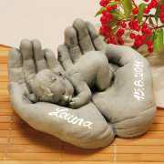Schützende Hände aus Steinguss mit Beschriftung