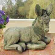 Steinguss Deko Gartenfigur, Tierfigur liegender Esel