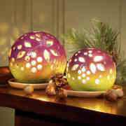 Lichtkugel mit Teller und Teelicht