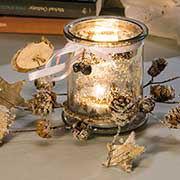 Teelichthalter aus Glas mit Dekokranz aus Naturmaterial